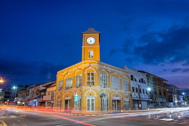 Stary budynek w mieście phuket.