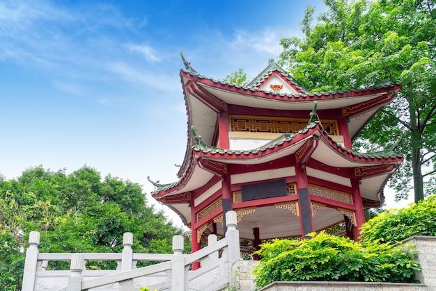 Stary budynek w stylu chińskim: pawilon.