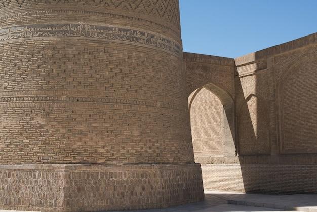Stary budynek z łukiem i przejściem. starożytne budowle średniowiecznej azji. buchara, uzbekistan