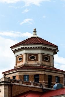 Stary budynek z ośmiokątnym dachem