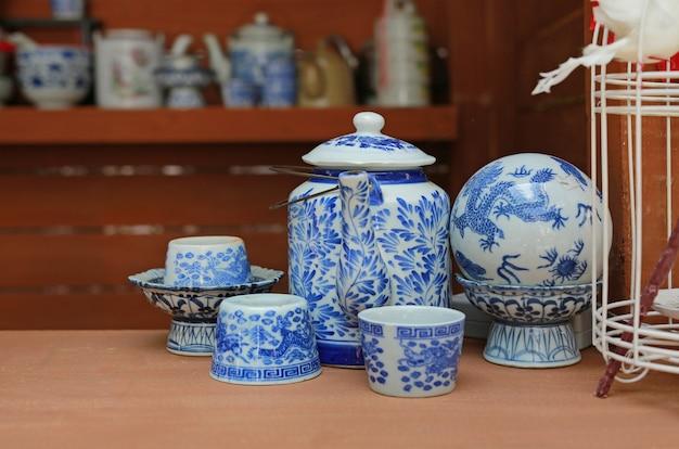 Stary chiński porcelanowy czajnik i filiżanka do herbaty.