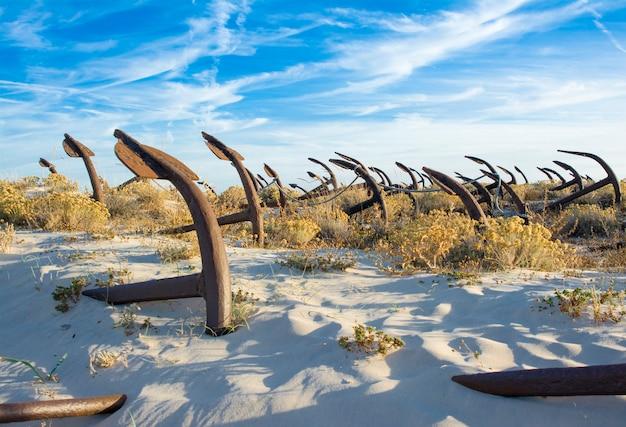 Stary cmentarz anchor na plaży barril portugalia