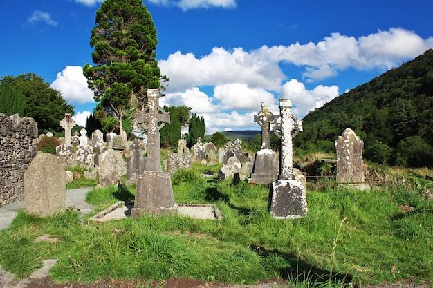 Stary cmentarz w glendalough monastic settlement, irlandia