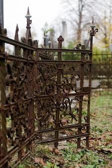 Stary cmentarz żydowski z symbolami religijnymi.