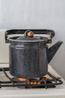 Stary czajnik na kuchence gazowej