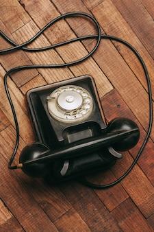 Stary czarny telefon na podłodze, vintage