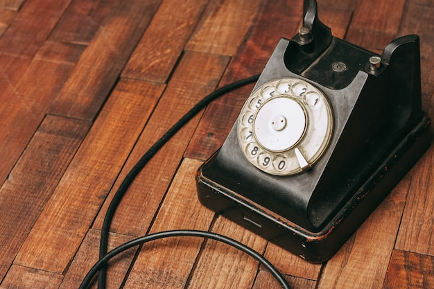 Stary czarny telefon na podłodze