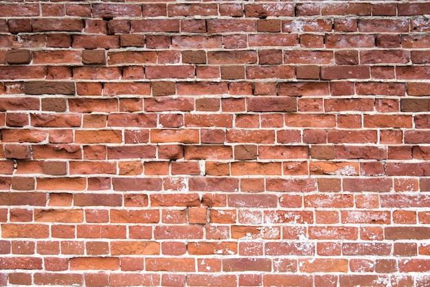 Stary czerwony ściana z cegieł tekstury tło. zakłopotana ściana z łamaną cegły teksturą