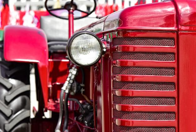 Stary czerwony traktor w mińsku na białorusi.
