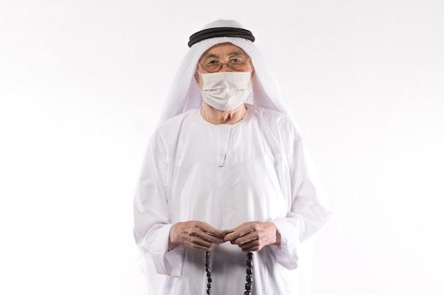 Stary człowiek arab w masce medycznej