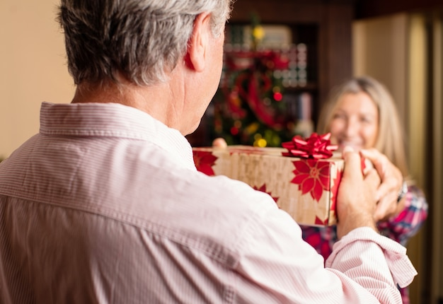 Stary człowiek daje prezent żonie