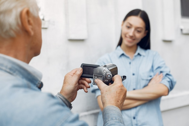 Stary człowiek filmuje swoją wnuczkę