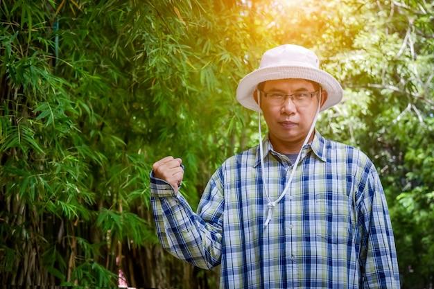 Stary człowiek inteligentny rolnik