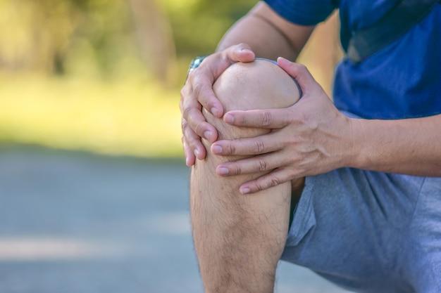 Stary człowiek ma problem z bólem kolana w codziennym życiu
