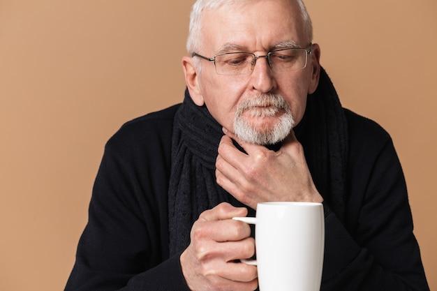Stary człowiek pije herbatę portret