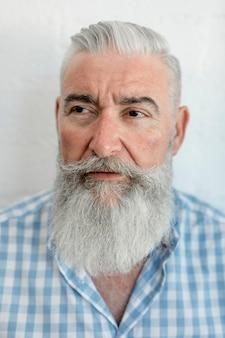 Stary człowiek po przygotowywać włosy przy zakładem fryzjerskim