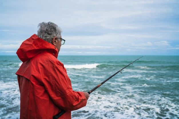 Stary człowiek połowów na morzu