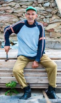 Stary człowiek siedział sam