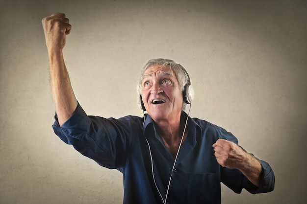 Stary człowiek słuchający muzyki