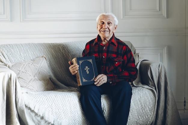 Stary człowiek trzyma książkę