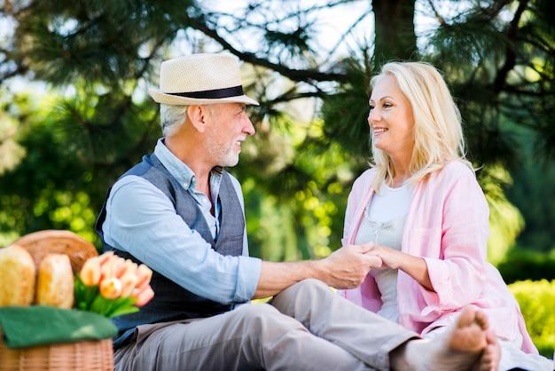 Stary człowiek trzyma rękę womans
