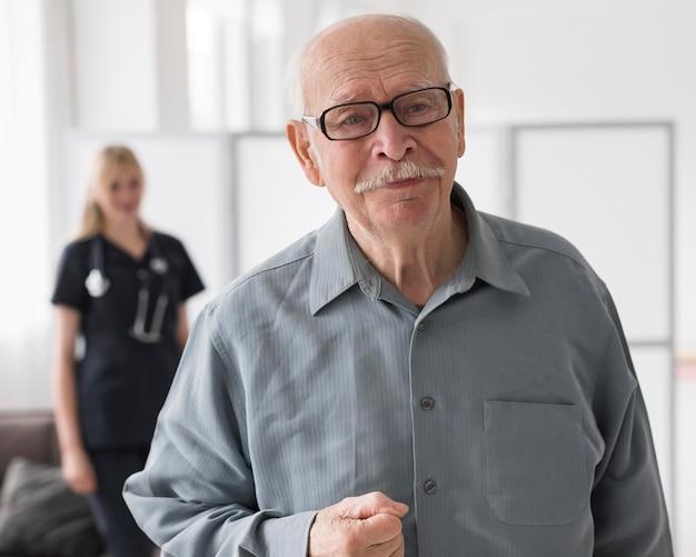 Stary człowiek w domu opieki