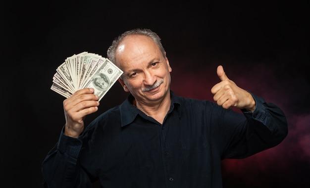 Stary człowiek z banknotów dolarowych