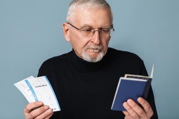 Stary człowiek z biletów lotniczych i portret paszportowy