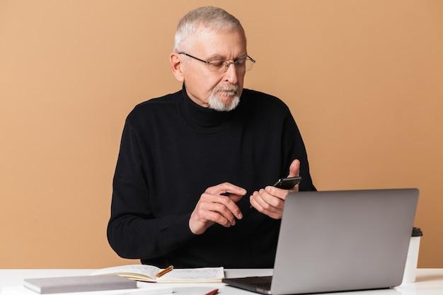 Stary człowiek z laptopa portret