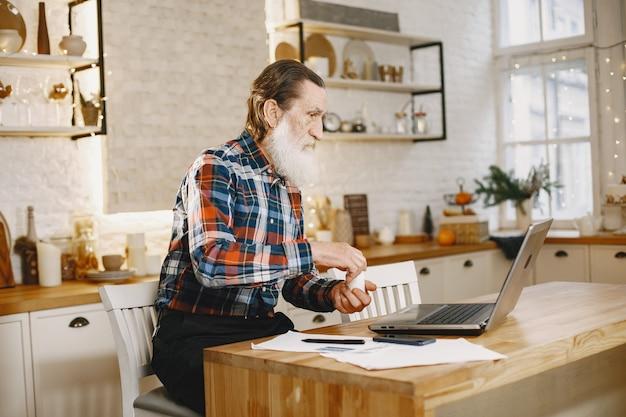 Stary człowiek z laptopem.