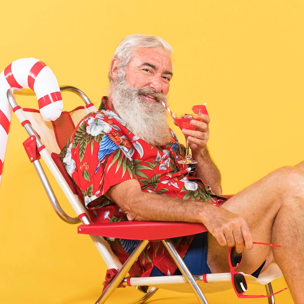 Stary człowiek z leżakiem i laską cukrową