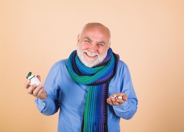 Stary człowiek z pigułkami, pigułkami przepisanymi przez lekarza, leki i pigułki medycyny zdrowotnej