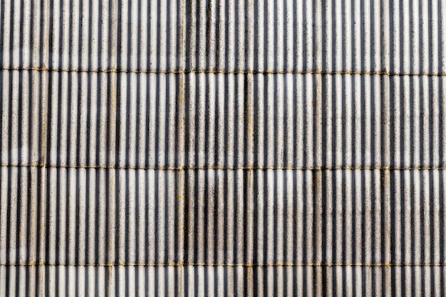 Stary dach z szarego łupka pokryty pleśnią i mchem
