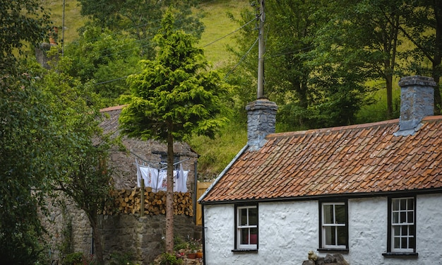 Stary dom jesienią w wąwozie cheddar w anglii