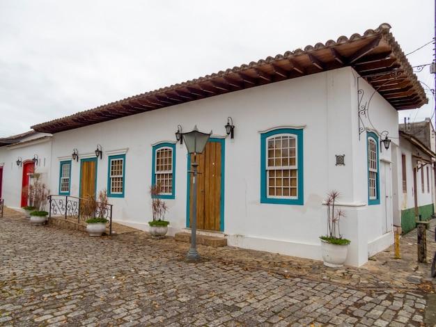 Stary dom w historycznym centrum ubatuba.