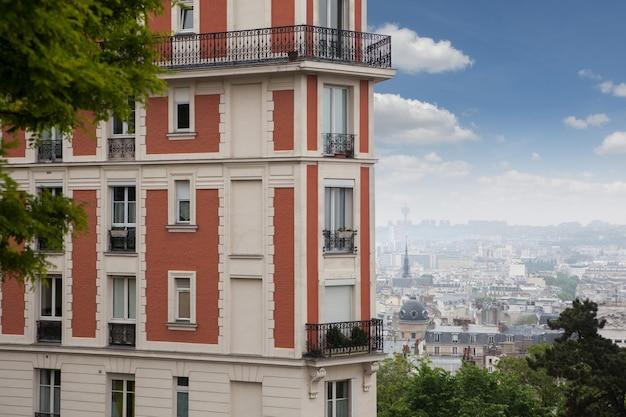 Stary dom w montmartre w paryżu, francja