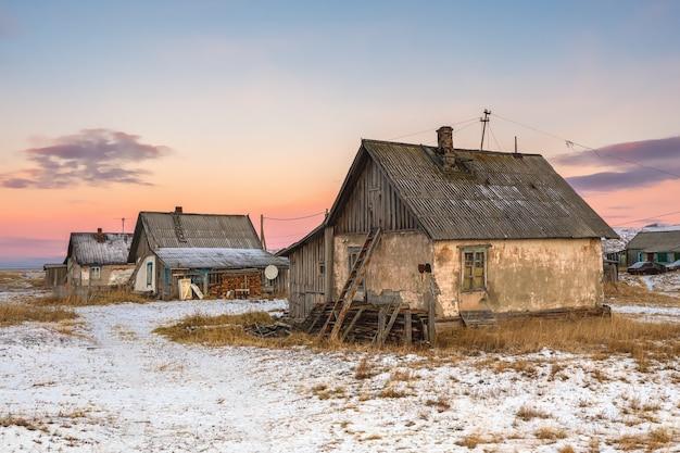 Stary dom z drabiną na strych. autentyczna rosyjska wioska północna, surowa arktyczna przyroda. teriberka.
