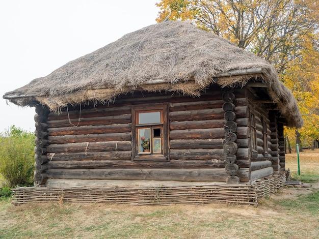 Stary dom z drewna jesienią. zabytkowe budynki