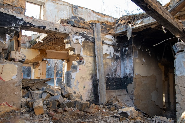 Stary dom zawalił się strop drewniane podłogi drugie piętro bez ścian i sufitu po tsunami, trzęsieniu ziemi czy starości.