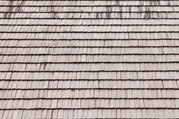 Stary drewniany dach. przekrój poziomy dachu z gontów.