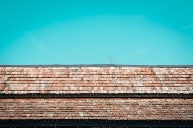 Stary drewniany dach z niebieskim niebem
