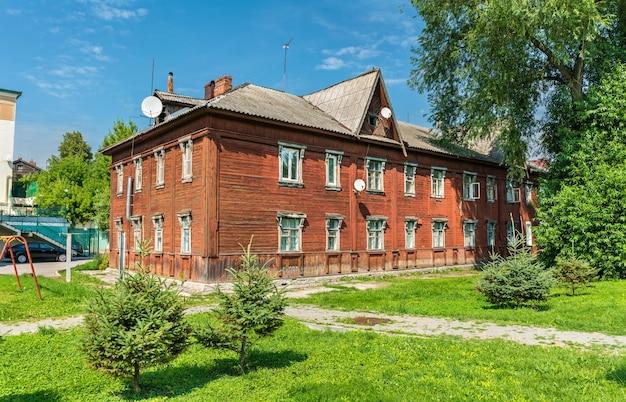 Stary drewniany dom w centrum miasta ryazan, federacja rosyjska