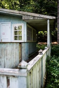 Stary drewniany dom w lesie
