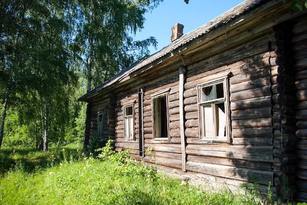 Stary drewniany dom w lesie.
