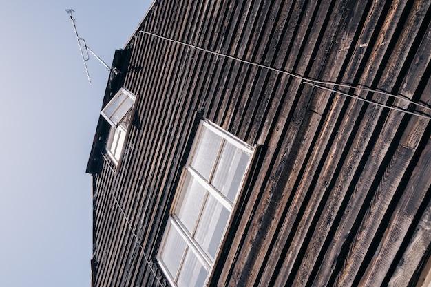Stary drewniany dom w wiejskich oknach