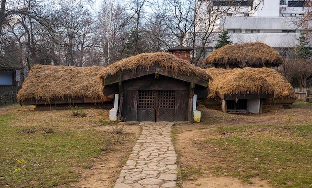 Stary drewniany dom we wsi