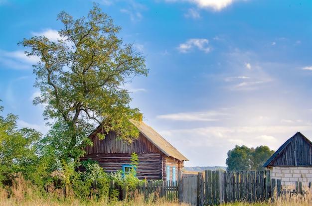 Stary drewniany dom wiejski gdzieś w głębi byłego zsrr.