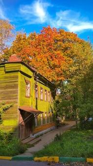 Stary drewniany dom wśród jesiennych liści