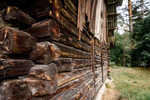 Stary drewniany dom z bali w pobliżu lasu