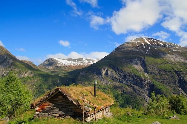 Stary drewniany dom z dachem trawy w norwegii
